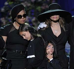 Janet (e) e Latoya Jackson (d) participando no tributo a Michael ao lado de Paris e Prince Michael II
